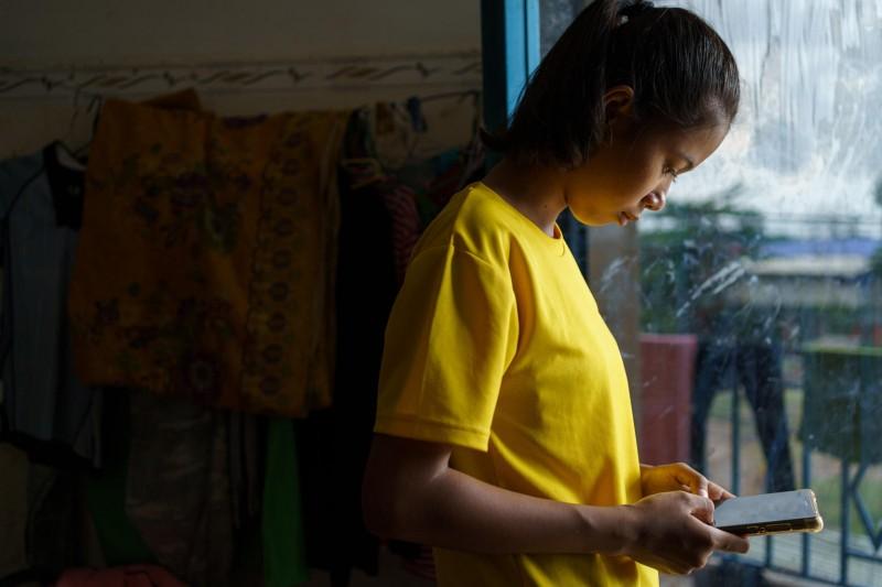 UNICEF: Czas spędzany przez dzieci przed ekranem rośnie w alarmującym tempie