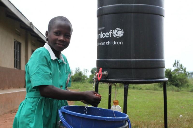 Dzięki zbiornikom wodnym dostarczonym przez UNICEF dzieci mogą myć ręce czystą wodą z mydłem.