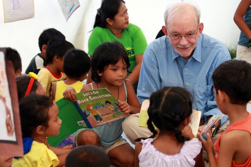 Dzieci na Filipinach nadal cierpią i walczą z traumą po uderzeniu tajfunu.