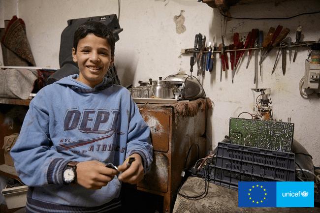 Adnan wspiera rodzinę pracując w sklepie