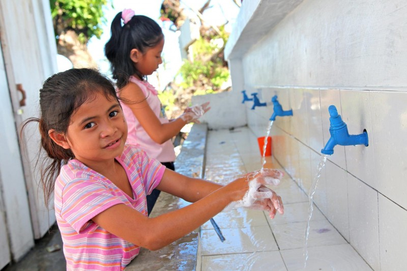Filipiny – Uczniowie jednej z odbudowanych szkół podstawowych mogą na co dzień korzystać z nowej umywalni.