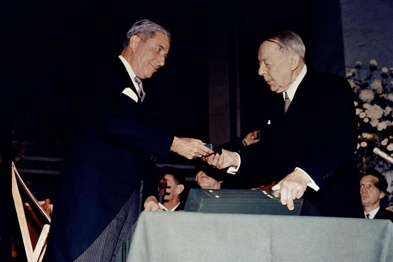 Henry Labouisse przyjmuję Pokojową Nagrodę Nobla