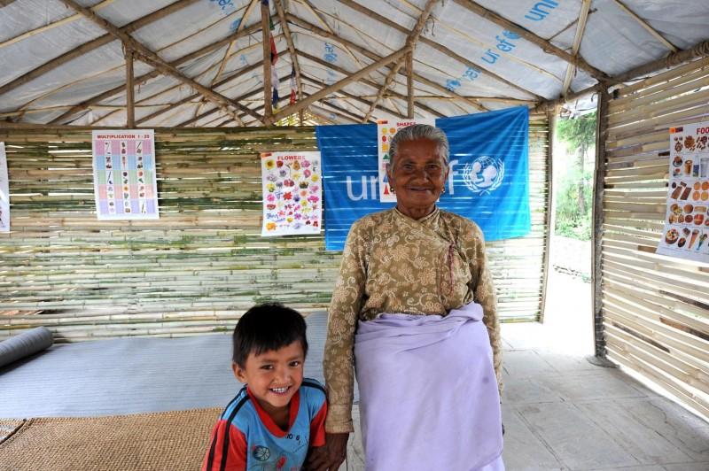 5-letni Sanjay z babcią w tymczasowej szkole stworzonej przez UNICEF