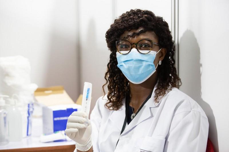 Pierwsze dawki szczepionki przeciw COVID-19 w ramach inicjatywy COVAX podane w Afryce