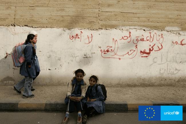 Syryjskie dziewczynki przed Miejscem Przyjaznym Dzieciom w mieście Zarqa UNICEF