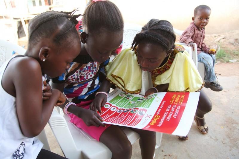 Liberia - dziewczynki oglądają plakat informujący o sposobach ochrony przed zakażeniem