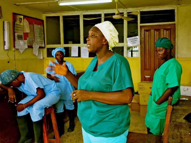 Pielęgniarka rozmawia z koleżankami ze oddziału szpitala w Kenema, gdzie leczeni są pacjenci z Ebolą