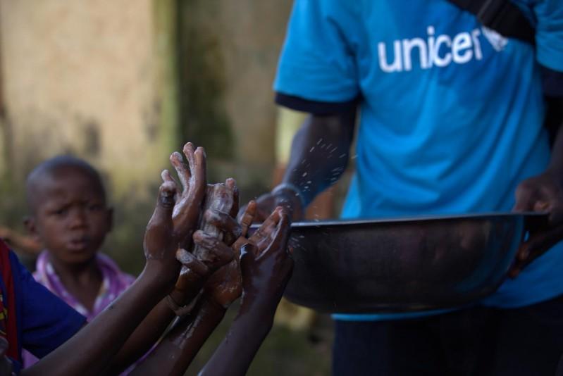 Pracownicy UNICEF uczą dzieci właściwej higieny rąk, która pozwala przeciwdziałać rozprzestrzenianiu się wielu chorób.