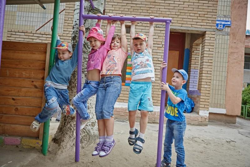 Dzieci bawiące się na podwórku, Ukraina.