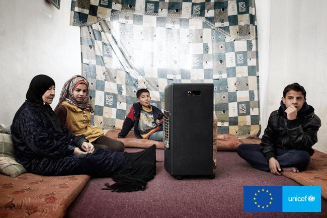 13-letnia Biyan razem z mamą i dwójką braci w ich pokoju w Ammanie.