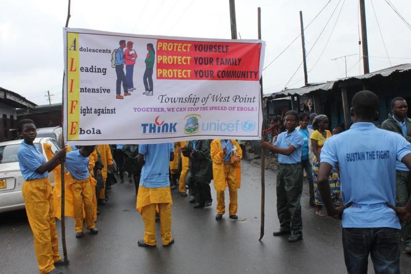 Liberia - 150 młodych dziewcząt przeszkolonych przez UNICEF wzięło udział w marszu i rozdawało materiały informacyjne