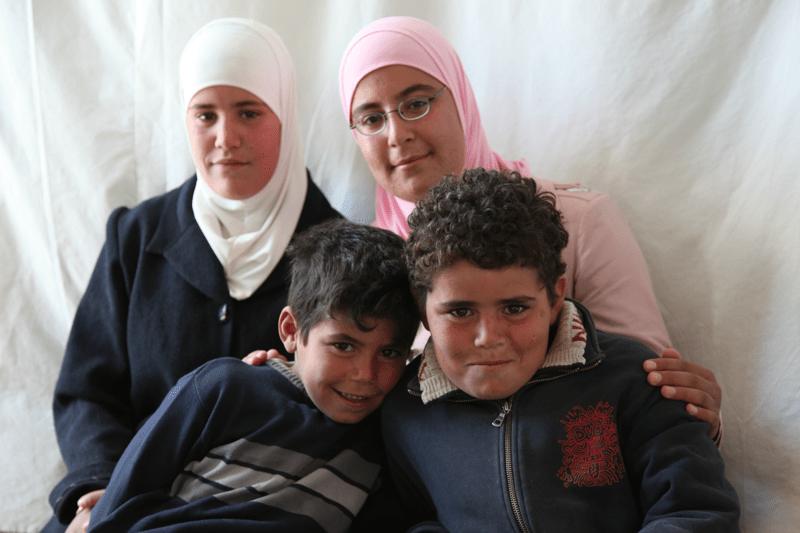 Ghada (na zdjęciu w różowym) z trójką rodzeństwa.