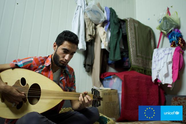 Obóz Zaatari, Jordania. Samer uczy się grać na gitarze, którą dostał od Darczyńcy. ©UNICEF/Noorani