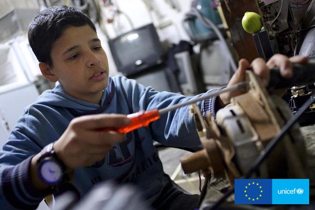 Adnan wspiera rodzinę pracując w sklepie w pobliżu obozu dla uchodźców