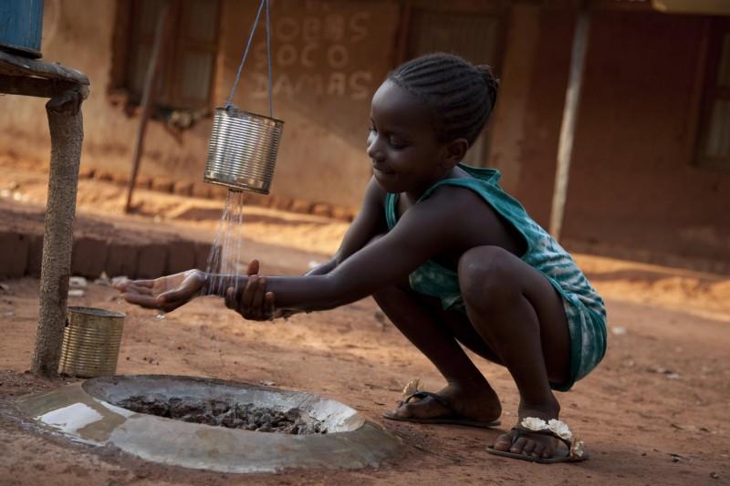 Dziewczynka myje ręce po skorzystaniu z sanitariatu.