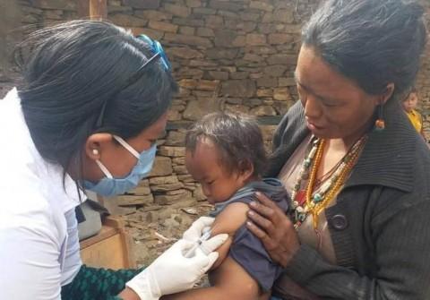Szczepienie dzieci w Nepalu
