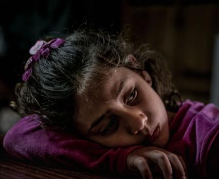 W obliczu niepewnej przyszłości dzieci uchodźców i migrantów w krajach tranzytowych cierpią z powodu przewlekłego stresu