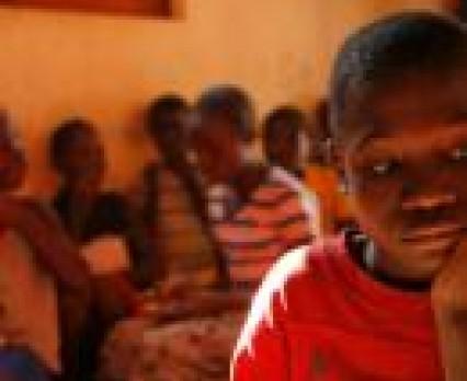Ambasador Dobrej Woli UNICEF Ole Gunnar Solskjær wizytuje szkoły w Angoli