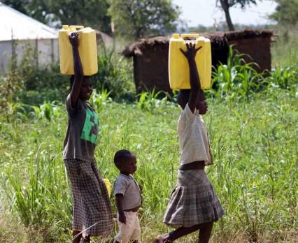 UNICEF: Każdego dnia kobiety i dziewczęta przeznaczają 200 mln godzin na pieszą wędrówkę do źródeł czystej wody