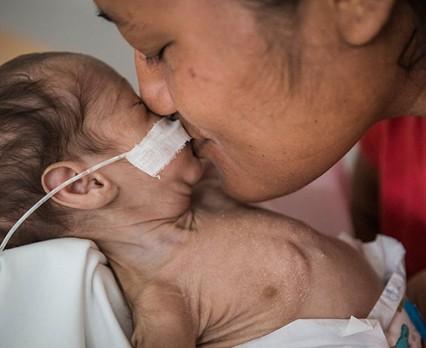 Zobacz, w jakich okolicznościach rodzą się dzieci w 14 różnych krajach świata