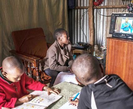 Na całym świecie 2/3 dzieci w wieku szkolnym nie ma dostępu do internetu w domu - raport UNICEF i ITU